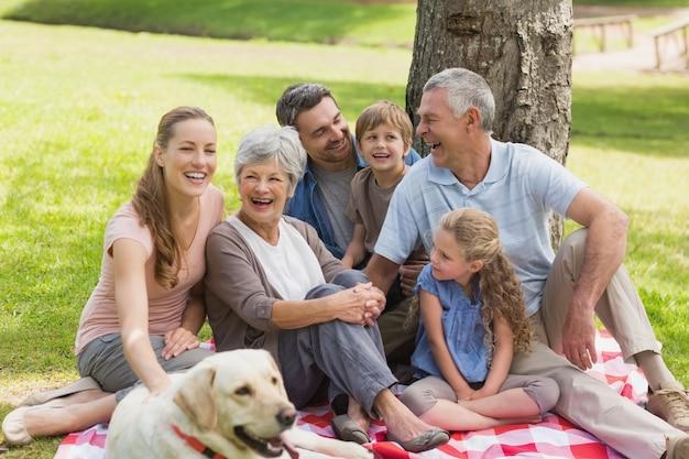公園でペットの犬と一緒に家族を拡大