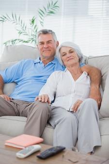 Пара расслабляющий на диване