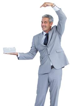 面白いビジネスマン、プレゼントを提供する