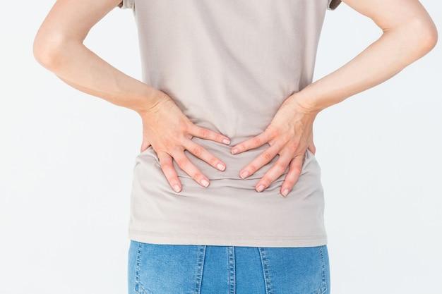 背中の痛みと彼女の背中を保持している女性