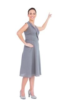 方向を指摘する上品なドレスで幸せな豪華な女性