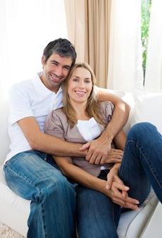 幸せなカップルは、ソファでリラックス