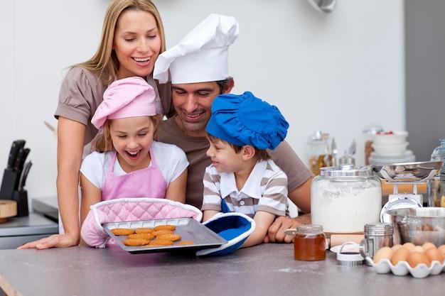 Счастливая семья выпечки печенья на кухне