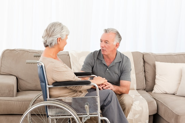 彼の妻と一緒に車椅子にいる男