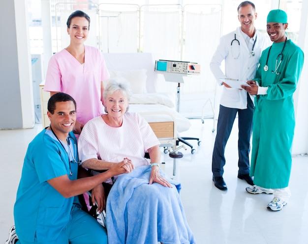 シニア女性の世話をする気配りのある医療チーム