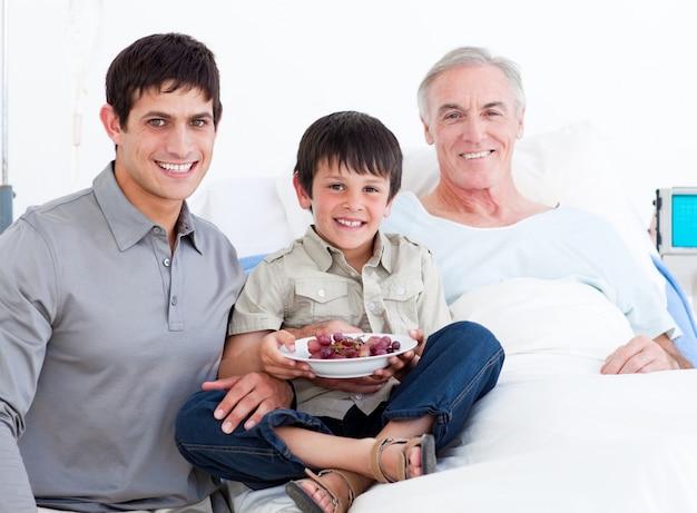 祖父を訪れる父と息子