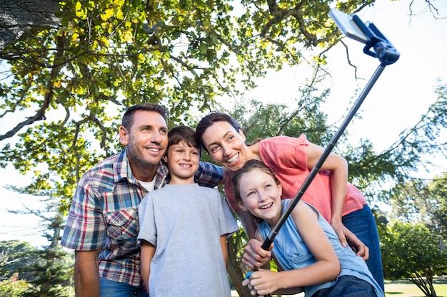 セルフを取る公園の幸せな家族
