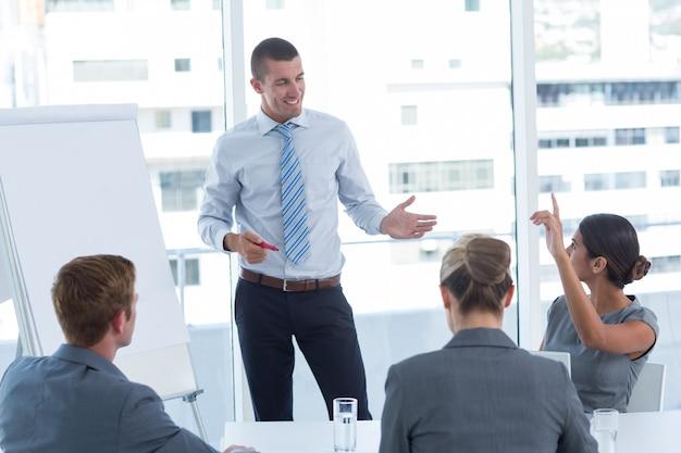 Бизнес-группа, взаимодействующая во время мозгового штурма