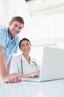 Счастливые врачи, смотрящие на камеру