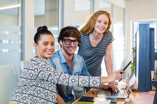 Профессиональные дизайнеры, работающие на компьютере