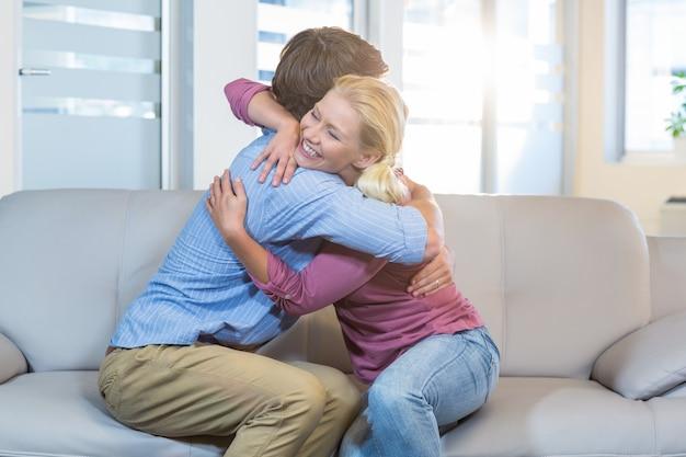リラックスしたカップルの抱擁