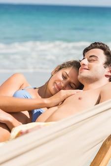ハンモックで一緒に昼寝している幸せなカップル