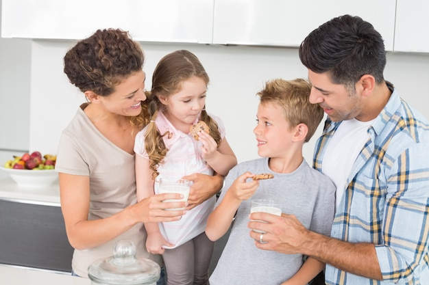 幸せな家族、クッキーとミルク