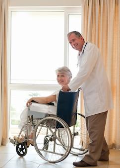 カメラを見ている彼の患者と医者