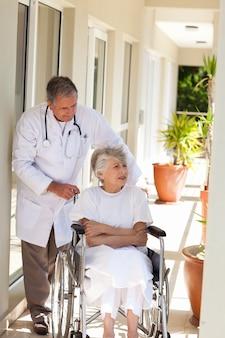 彼の患者と話す上司