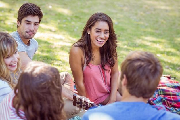 Счастливые друзья в парке