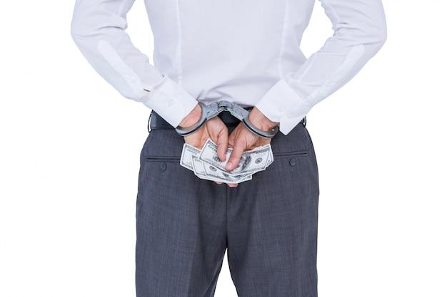Взгляд бизнесмена с наручниками и деньги в руках