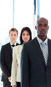 Серьезный бизнесмен в центре внимания с ее командой