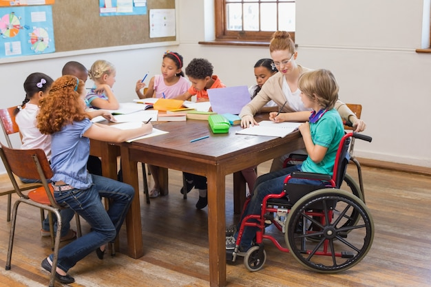 教室で生徒を助けるかなり先生