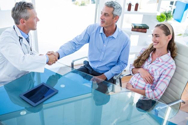 妊婦と医者と話し合っている夫