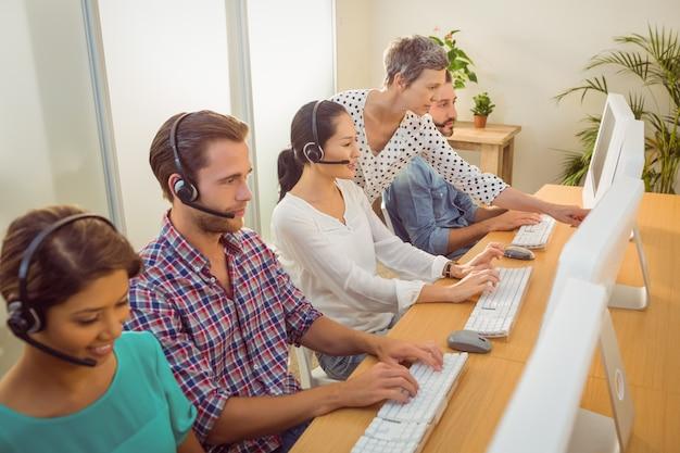 コールセンターのスタッフを支援するマネージャー