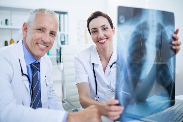 Портрет улыбается медицинских коллег, проведение рентгеновских
