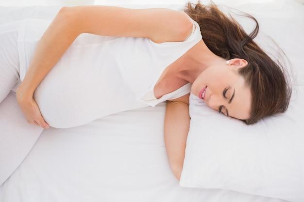 Счастливая беременность удлиняется на его кровати