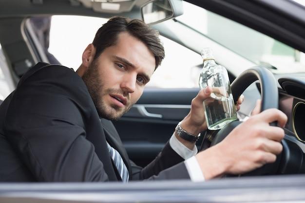 酔っている間に運転する若い実業家