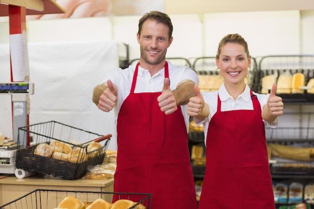 親指で笑顔のパン屋の肖像