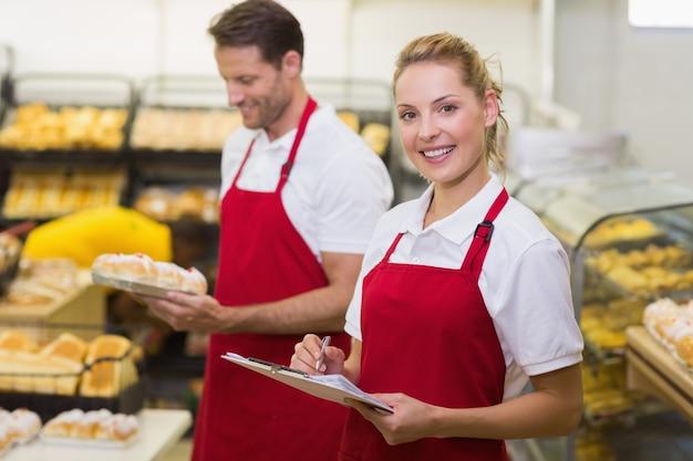 同僚と笑顔のパン屋の肖像画