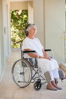 彼女の車椅子の女性