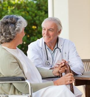 彼の成熟した患者と話す上司