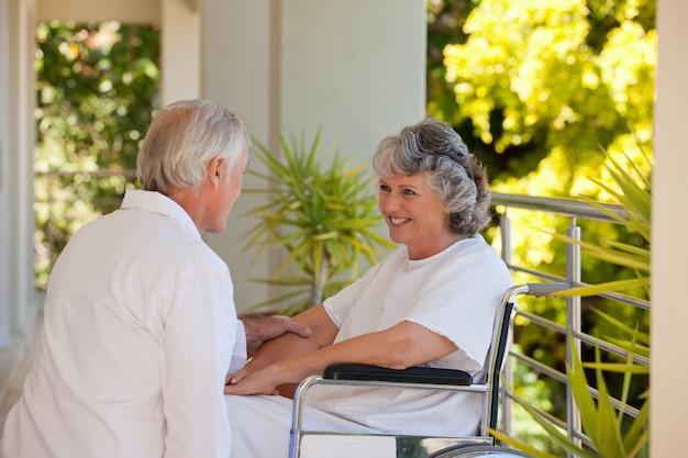 医者、患者と車椅子で