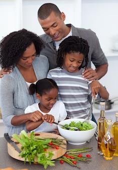 サラダを一緒に準備する愛情のある家族