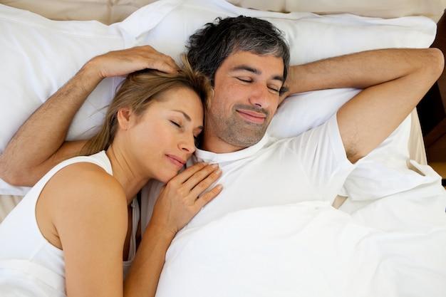 陽気なカップルの睡眠