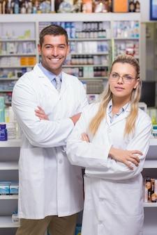 カメラで微笑んだ薬剤師のチーム