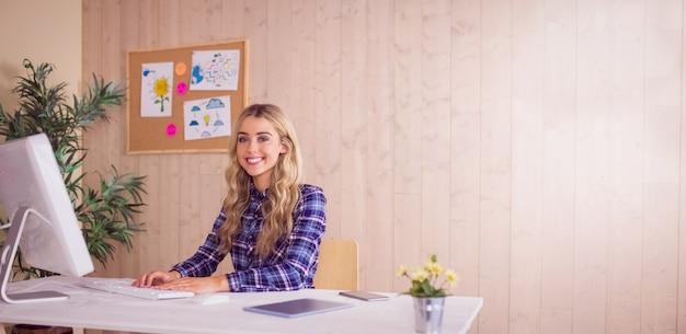 彼女の机の上でかなりカジュアルな労働者