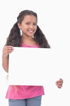 カメラでサインを保持し、提示している少女