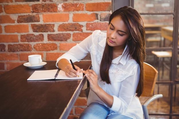 Улыбаясь бизнесмен, кофе и планирования ее неделю