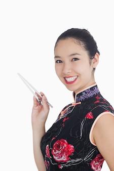 箸で笑う女性