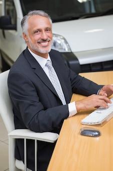 彼の机で働く明るい実業家
