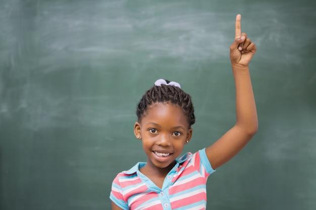 生徒が教室で手を挙げる