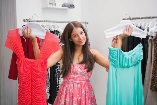 ドレスを選ぶのが難しい女性の肖像