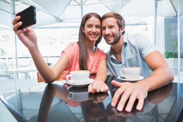 セルフを作る若い幸せな夫婦