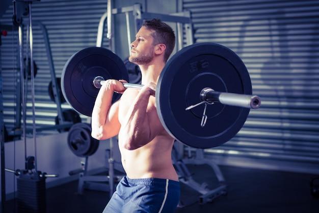 筋肉の男は、バーベルを持ち上げる