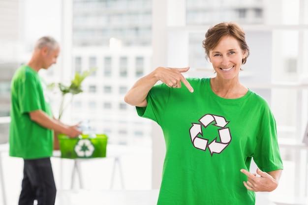 リサイクルシャツを見せている笑顔のエコな女性