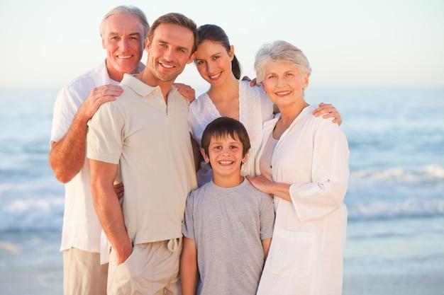 ビーチで笑顔の家族の肖像