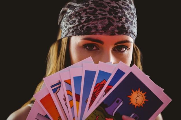 タロットカードを使用している占い師