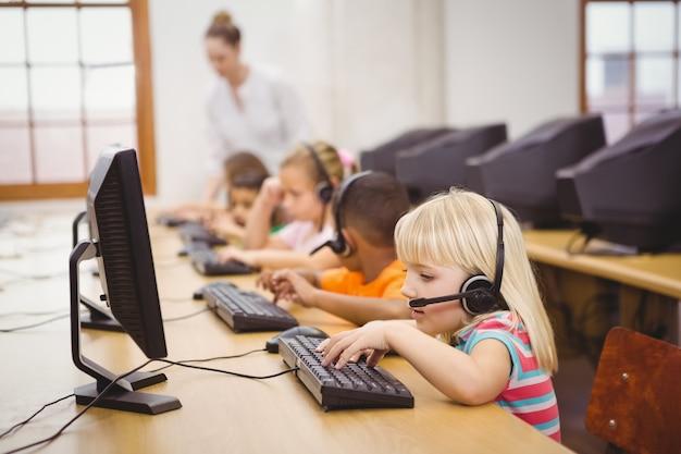 教室でコンピュータを使用している学生