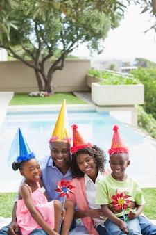 Семья празднует день рождения вместе в саду